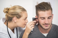 Sottovalutare i problemi di udito possono aumentare il rischio di farsi male